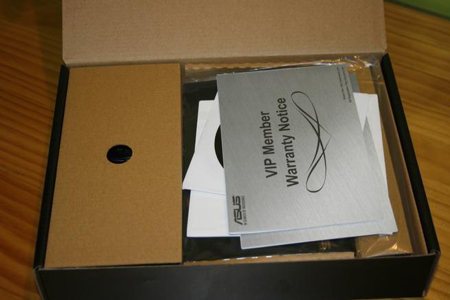 Interior de la caja del router neutro ASUS RT-AC52U B1