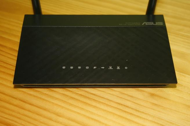 Frontal del router neutro ASUS RT-AC52U B1