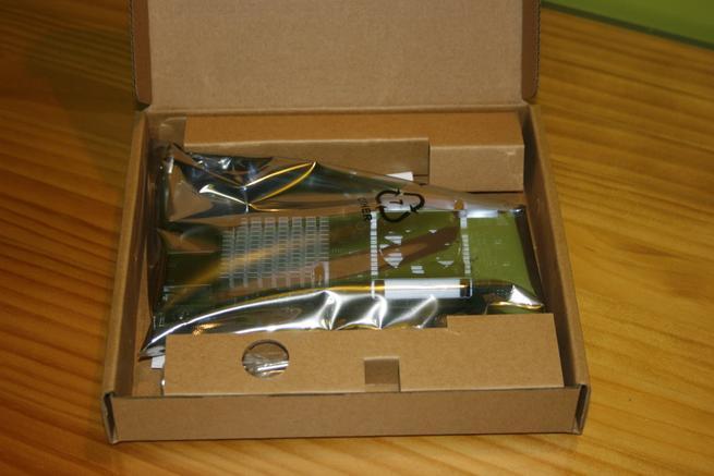 Interior de la caja de la tarjeta de red D-Link DXE-820T