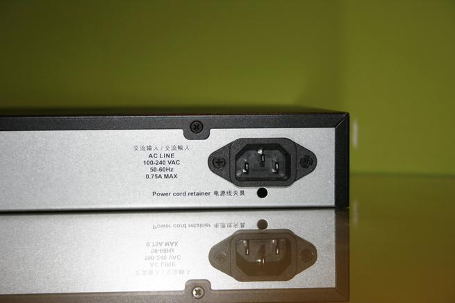 Conoce el conector de alimentación del switch 10G D-Link DXS-1100-10TS