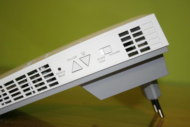 Botones del repetidor Wi-Fi NETGEAR EX7300