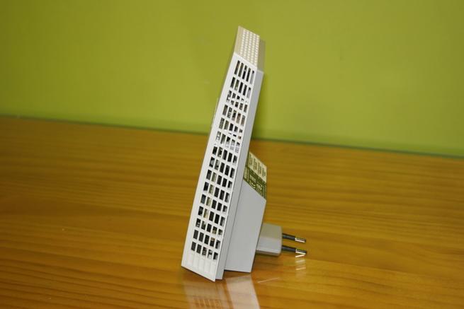 Lateral derecho del repetidor Wi-Fi NETGEAR EX7300