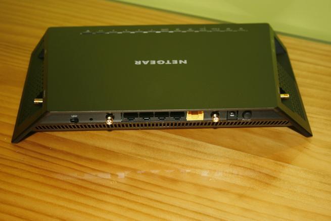 Trasera del router neutro Vemos en detalle el puerto eSATA del router neutro NETGEAR R7800 de alto rendimiento
