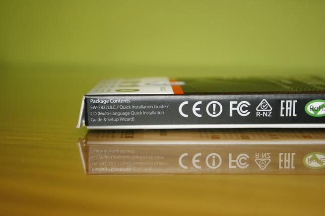 Lateral derecho de la caja del adaptador Wi-Fi Edimax EW-7822ULC