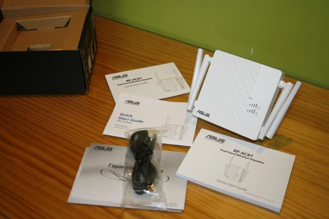 Contenido de la caja del repetidor Wi-Fi ASUS RP-AC87