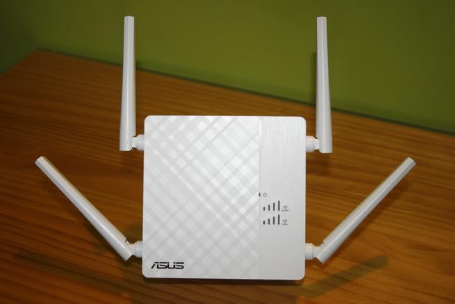 Frontal del repetidor Wi-Fi de alto rendimiento ASUS RP-AC87