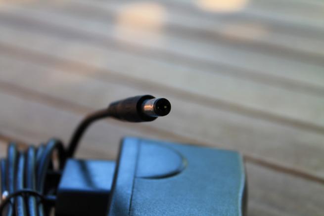 Detalle del conector del cable de alimentación de la Foscam FI9900P