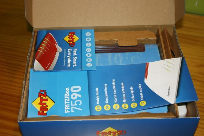 Interior de la caja del router de altas prestaciones FRITZ!Box 7590