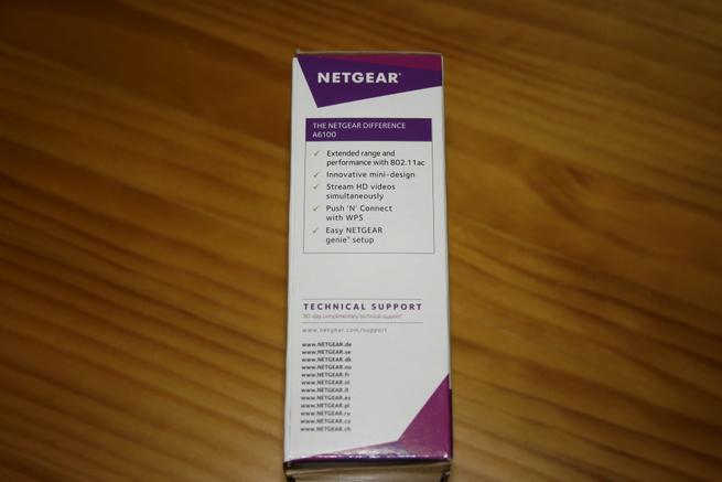 Lateral izquierdo de la caja del adaptador Wi-Fi NETGEAR A6100