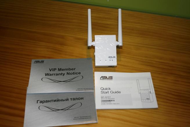 Contenido de la caja del repetidor Wi-Fi ASUS RP-AC51 en detalle