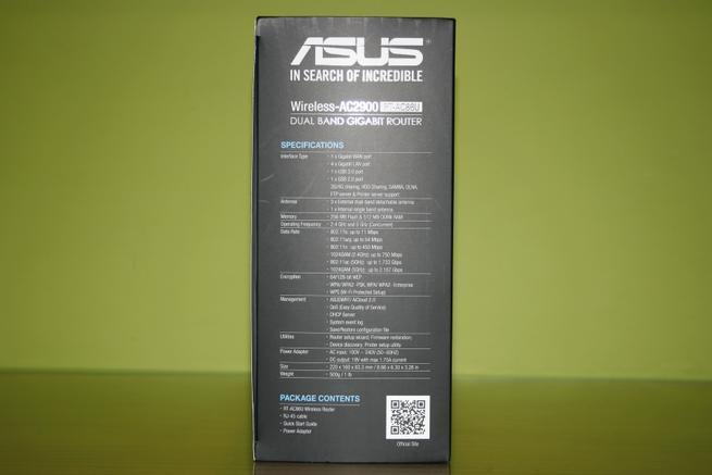 Especificaciones del router ASUS RT-AC86U en la parte lateral izquierda de la caja