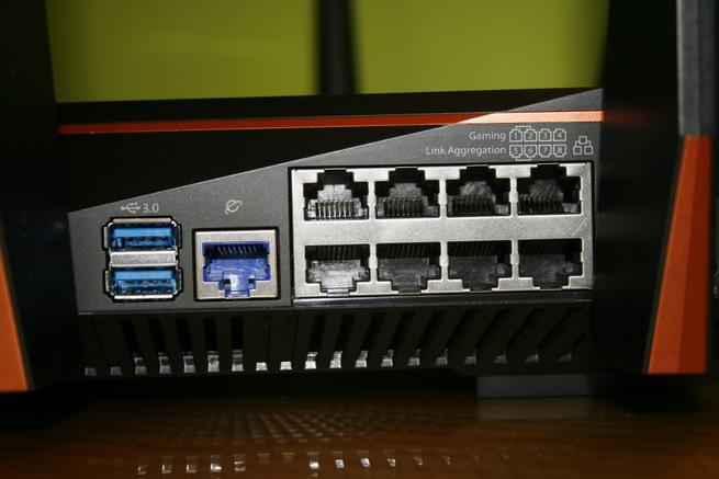 Puertos USB 3.0 y Gigabit Ethernet del router gaming ASUS GT-AC5300 al detalle