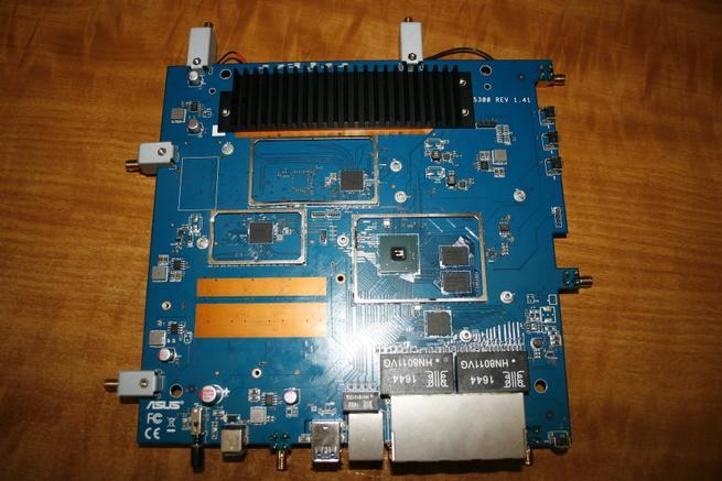 Componentes principales del router Componentes como CPU, RAM y chipset Wi-Fi del router ASUS GT-AC5300
