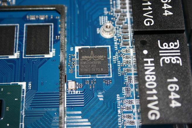 Segundo switch Broadcom para gestionar cuatro puertos GIgabit en el router ASUS GT-AC5300