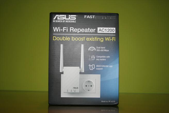 Frontal de la caja del repetidor Wi-Fi ASUS RP-AC55 en detalle