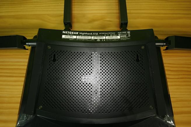 Conoce la parte inferior del router neutro NETGEAR R9000 Nighthawk X10