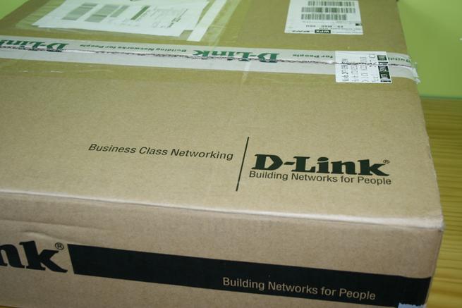 Frontal de la caja en detalle del switch L3 D-Link DGS-3630-28PC
