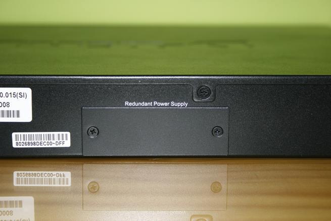 Vemos la fuente de alimentación redundante opcional del switch L3 D-Link DGS-3630-28PC