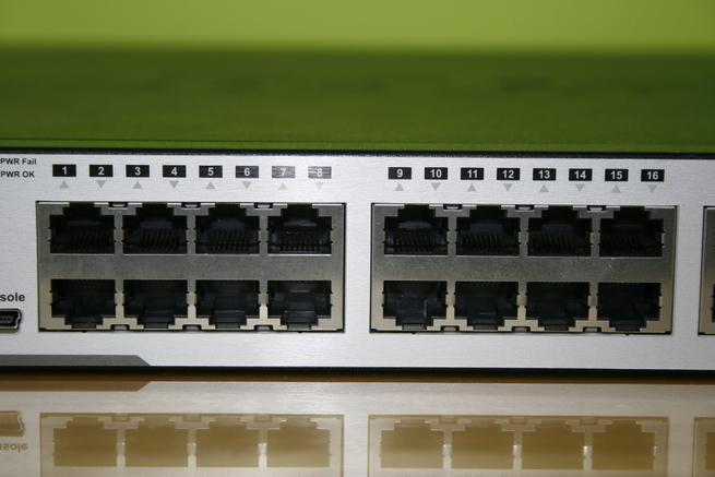 Puertos Gigabit Ethernet PoE+ del switch L3 D-Link DGS-3630-28PC