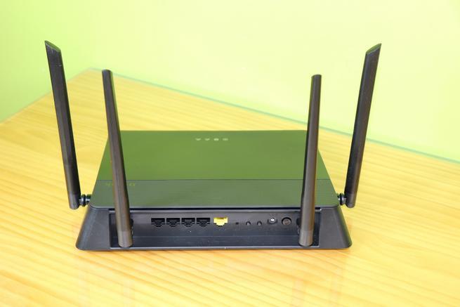 Trasera del router D-Link DIR-878 en detalle con todos los puertos