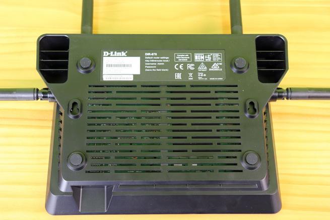 Conoce la parte inferior del D-Link DIR-878 con la rejilla de ventilación