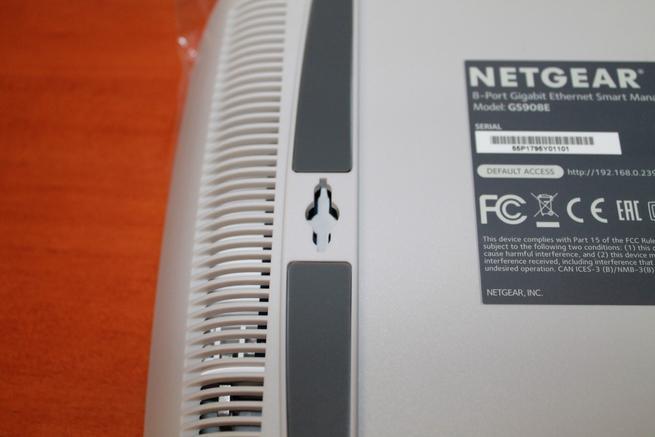 Detalle de los punto sde montaje del switch NETGEAR GS980E