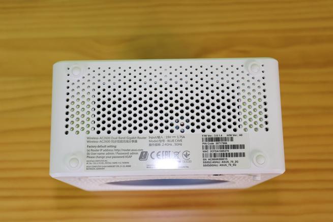 Inferior del router neutro ASUS Blue Cave en detalle
