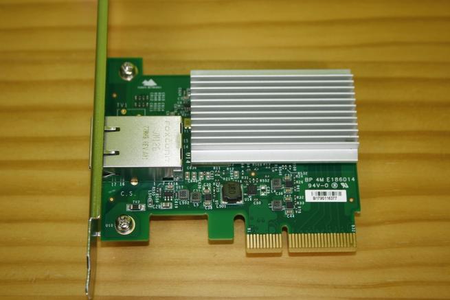 Superior de la tarjeta de red 10G Edimax EN-9320TX-E con el disipador