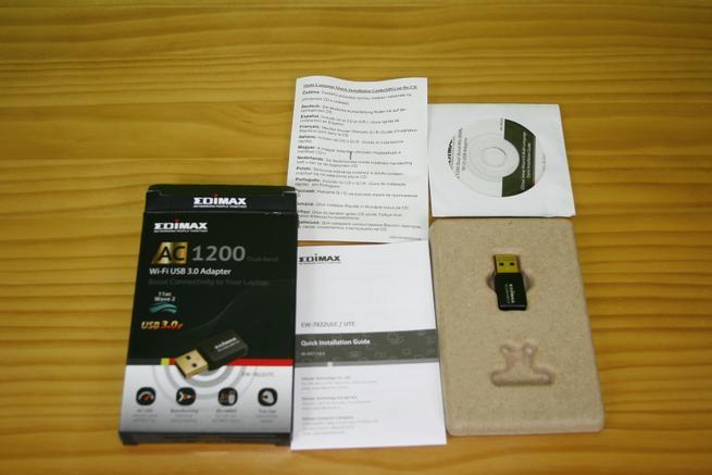 Contenido de la caja del adaptador Wi-Fi Edimax EW-7822UTC
