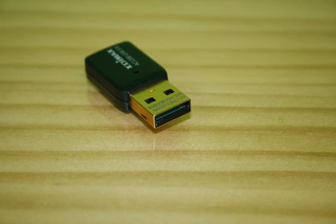 Conector USB 3.0 en detalle del Edimax EW-7822UTC