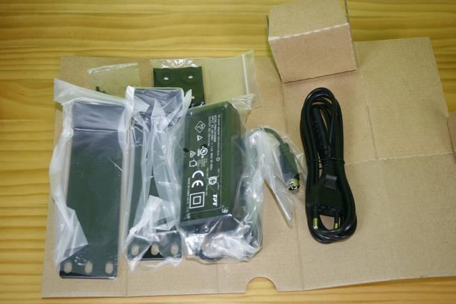 Contenido de la caja del switch 10G Edimax XGS-5008