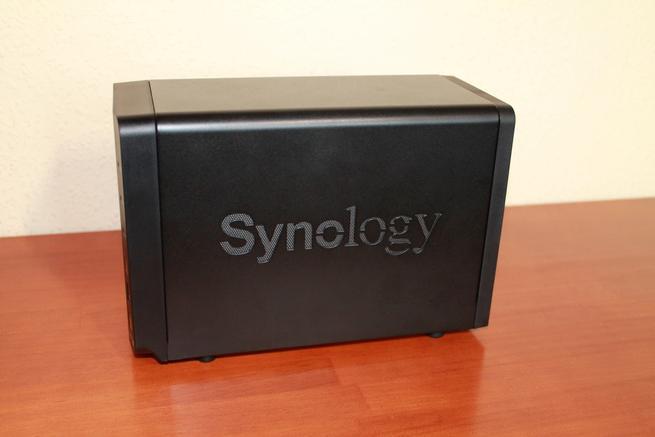 Detalle de uno de los laterales del NAS Synology DS718+