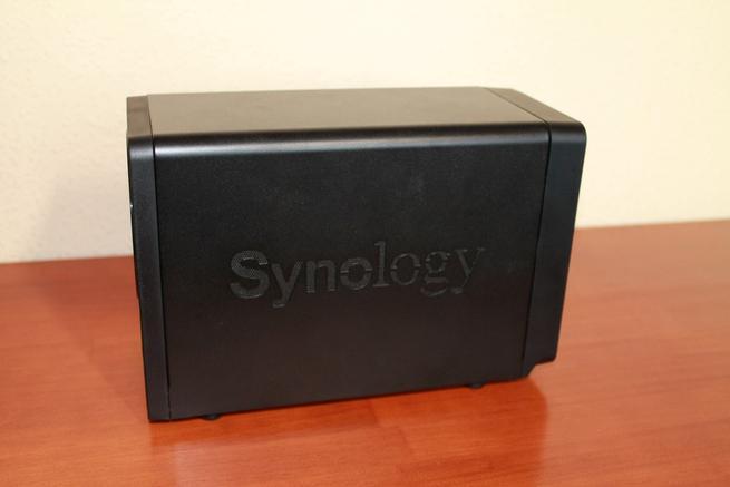 Imagen de uno de los laterales del NAS Synology DS718+
