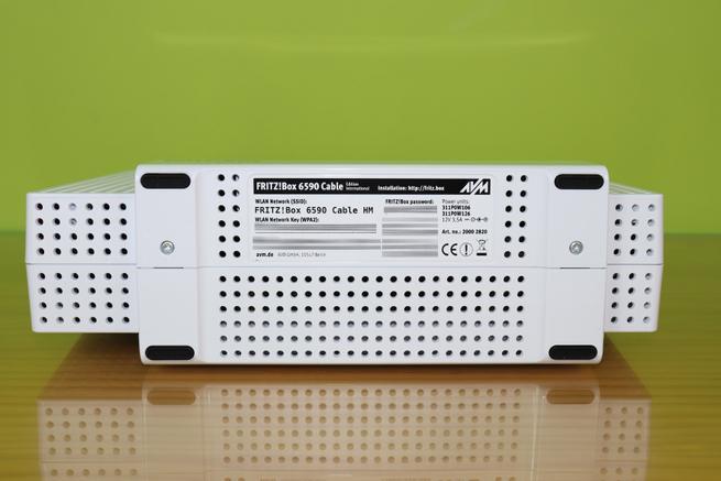 Zona inferior del router de cable FRITZ!Box 6590