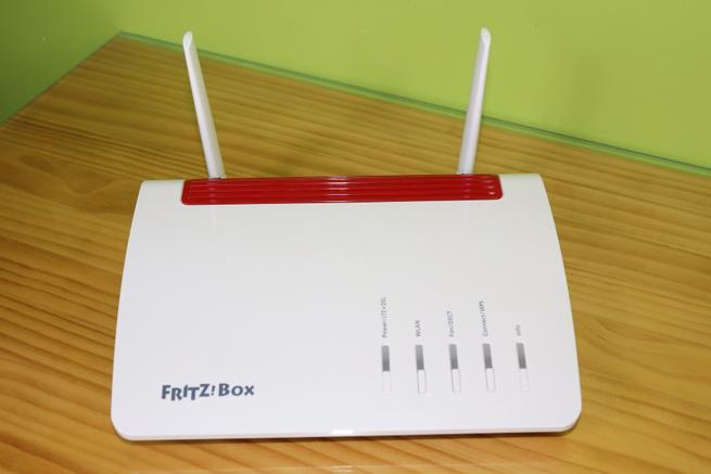 Frontal del router FRITZ!Box 6890 LTE en detalle