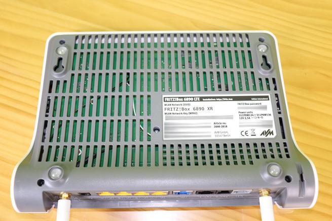 Inferior del router Vista del lateral izquierdo de la caja del router FRITZ!Box 6890 LTE
