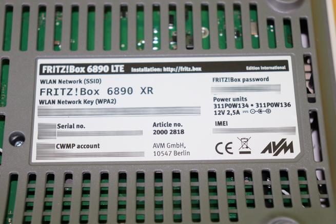 Pegatina inferior del router Vista del lateral izquierdo de la caja del router FRITZ!Box 6890 LTE