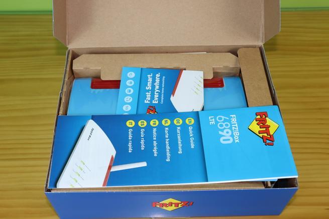 Interior de la caja del router FRITZ!Box 6890 LTE en detalle