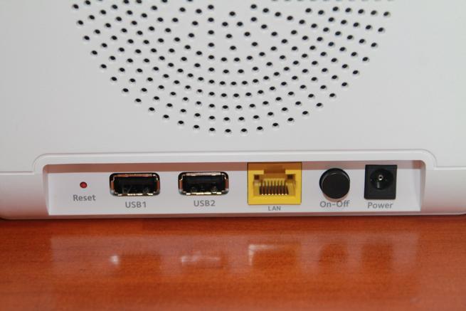 Detalle de los conectores de la estación base del kit NETGEAR Arlo Pro 2