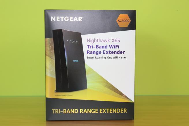 Frontal de la caja del repetidor Wi-Fi tribanda NETGEAR EX8000