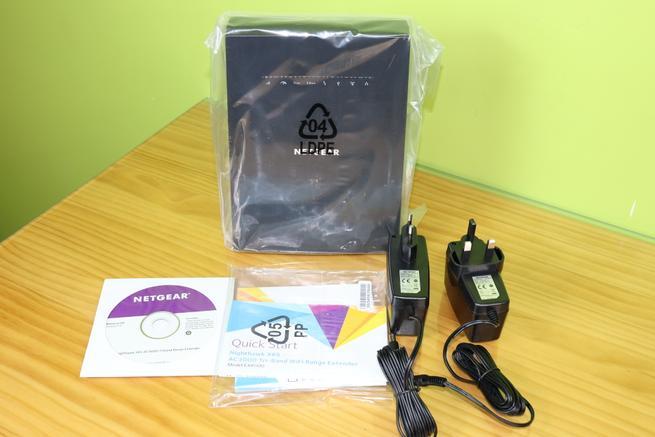 Contenido de la caja del repetidor Wi-Fi NETGEAR EX8000