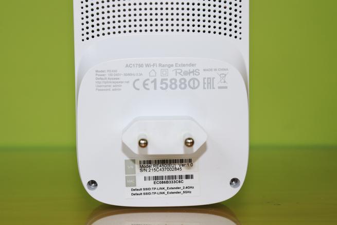 Zona trasera del TP-Link RE450 en detalle con el conector de alimentación