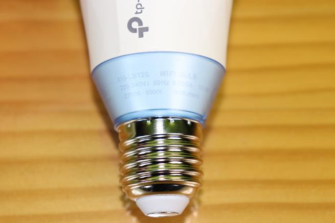 Inferior de la bombilla inteligente TP-Link LB120