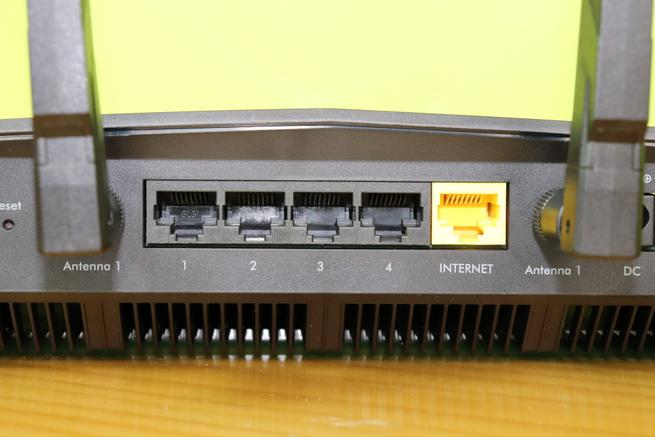 Puertos Gigabit Ethernet del router NETGEAR Nighthawk Pro Gaming XR500 en detalle