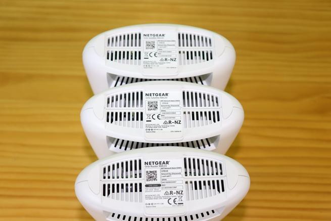 Zona inferior del sistema Wi-fi Mesh NETGEAR Orbi RBK23 con los tres nodos