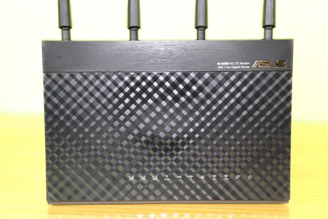 Frontal del router 4G ASUS 4G-AC68U con los LEDs de estado