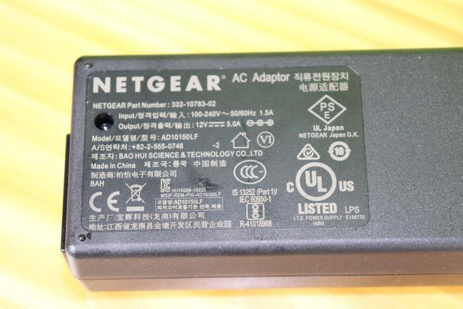Detalle del transformador de corriente del router 4G NETGEAR Nighthawk R7100LG