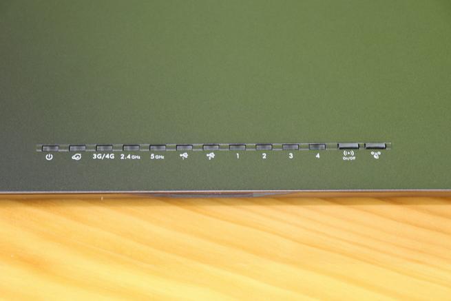 Frontal del router 4G NETGEAR Nighthawk R7100LG con los LEDs de estado