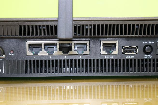 Puertos Gigabit Ethernet del router 4G NETGEAR Nighthawk R7100LG