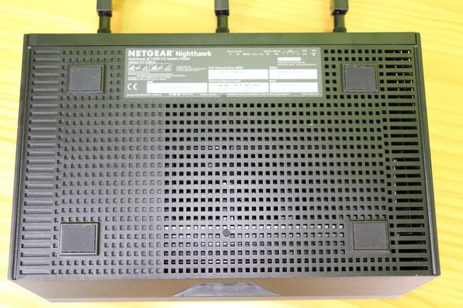 Inferior del router 4G de alto rendimiento NETGEAR Nighthawk R7100LG